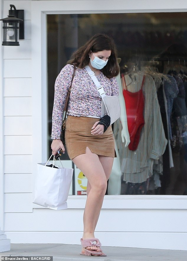 Minor injury: She carried a small bag and carried a small bag, while her left arm was in a light gray sling with a soft black cast
