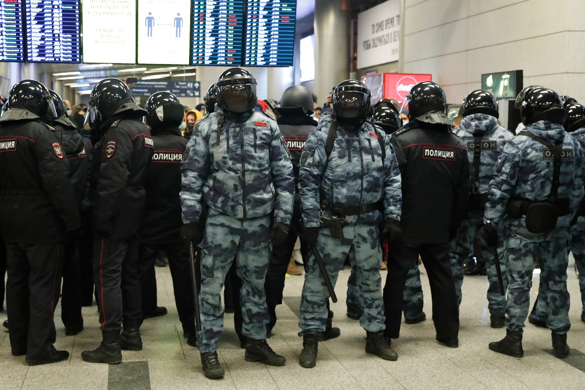 Navalny, critic, arrested in the Kremlin after landing in Moscow