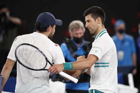 Безболезненный Джокович завершает карьеру Карацева и выходит в девятый финал    Спортивный