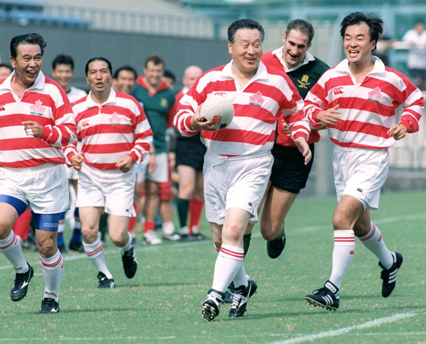 Йоширо Мори (в центре), тогдашний генеральный секретарь ЛДП, играет в товарищеском матче по регби между японскими и британскими парламентариями в 1998 году в Токио.  |  Киодо