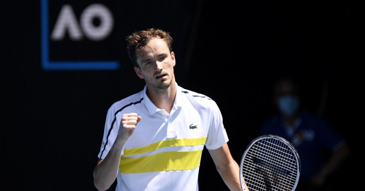 Медведев выиграл пять сетов и попал в команду России в Мельбурне |  Спортивный