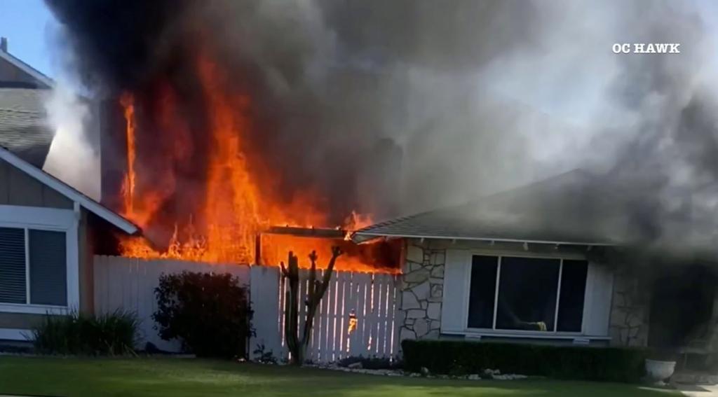 Пожар уничтожил несколько квартир в Долине фонтанов;  2 раненых и 20 перемещенных лиц – Регистр округа Ориндж