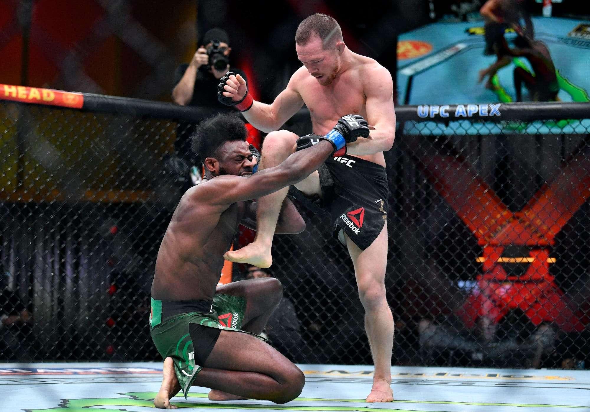 Американский боец выиграл матч UFC дисквалификацией из-за того, что его российский соперник незаконно ударил коленом