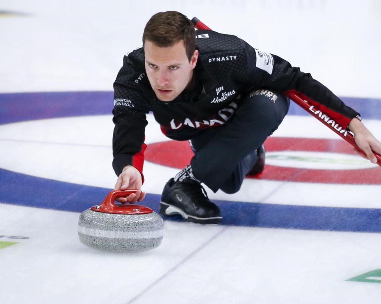 Канадский мясник проиграл россиянину Глухову на чемпионате мира по керлингу среди мужчин