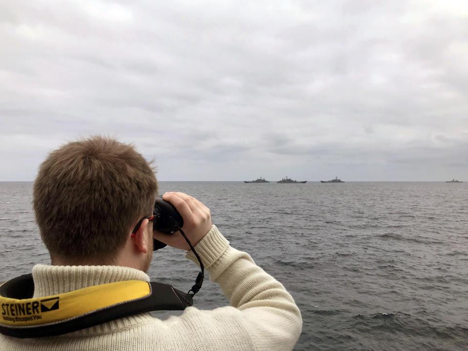 Офицер HMS Tyne наблюдает за российскими военными кораблями (Royal Navy / PA)