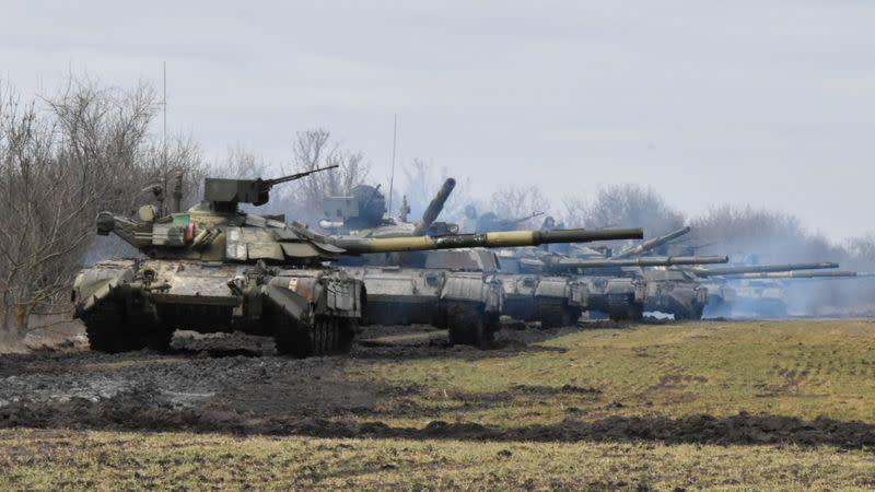 Россия и Украина проводят военные учения, а НАТО критикует наращивание российских войск