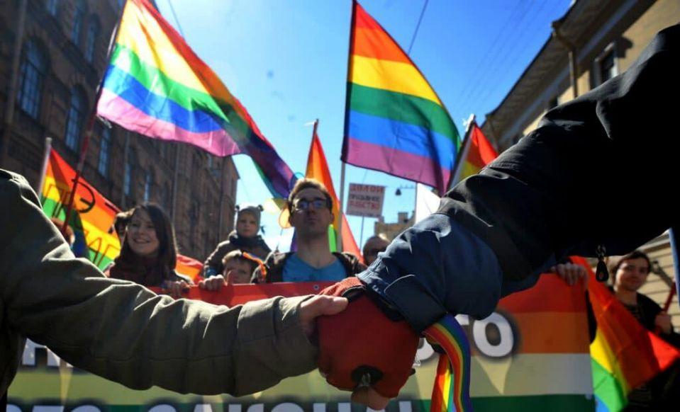 Шествие активистов за права ЛГБТ в Санкт-Петербурге 1 мая 2013 года во время митинга против неоднозначного закона.  (ОЛЬГА МАЛЬЦЕВА / AFP через Getty Images)