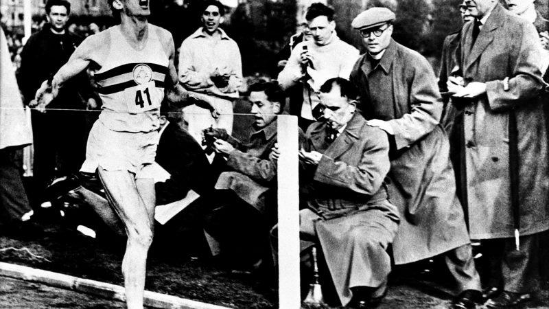 В этот день в 1954 году Роджер Баннистер преодолел четырехминутную милю.
