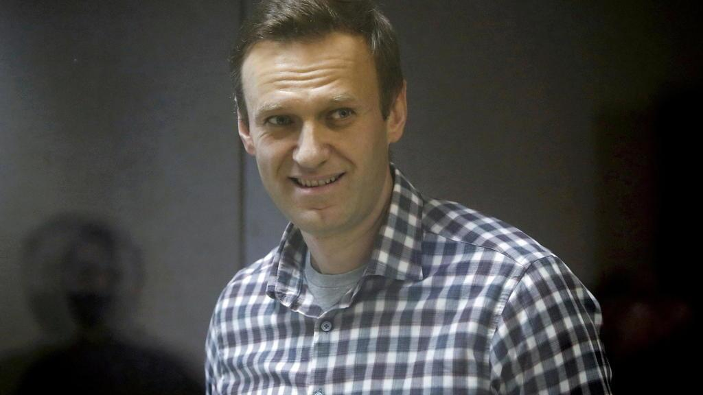 Российский суд запретил группировкам лидера оппозиции, Навальный клянется не отступать
