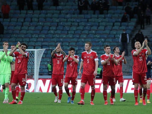 Российские футболисты аплодируют болельщикам после матча 27 марта 2021 года