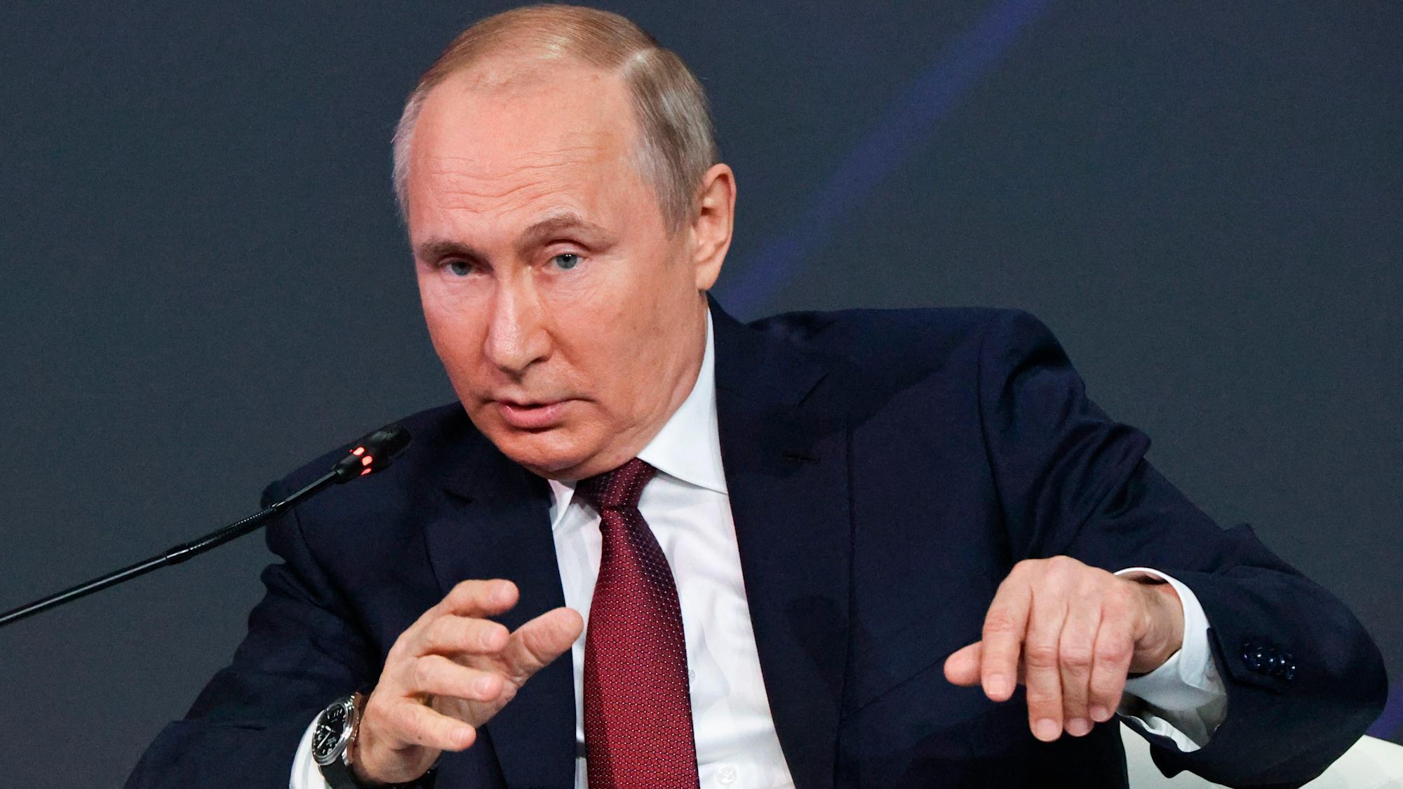 Путин заявил, что не портит российско-британские отношения после критики главы МИ-6