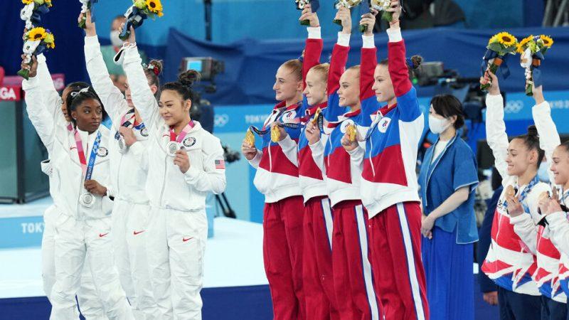 После ошеломляющего ухода Саймона Байлза золото выиграла Россия.