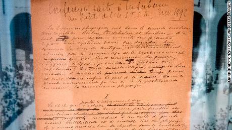 Оригинальный манифест Олимпийских игр, написанный в 1892 году Пьером де Кубертеном, демонстрируется публике на аукционе Sotheby's в Сенчури-Сити, штат Калифорния, 23 октября 2019 года.