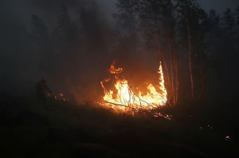 Российские самолеты сеют тучи из-за лесных пожаров возле сибирской АЭС