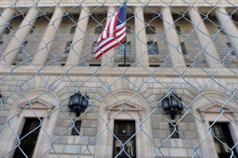 США ограничивают продажи российским компаниям в области ИТ-безопасности и другим организациям.