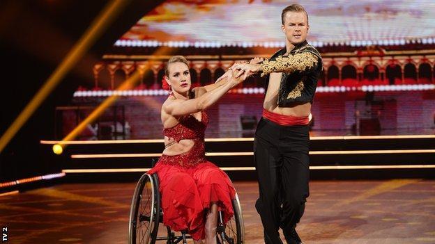 Представили, как Биргит Скарстен танцует в норвежском Skal VI Dancy?  программа