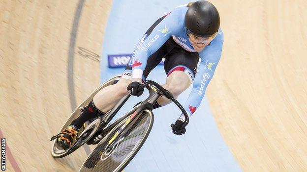 Кейт О'Брайен катается на велосипеде по трассе