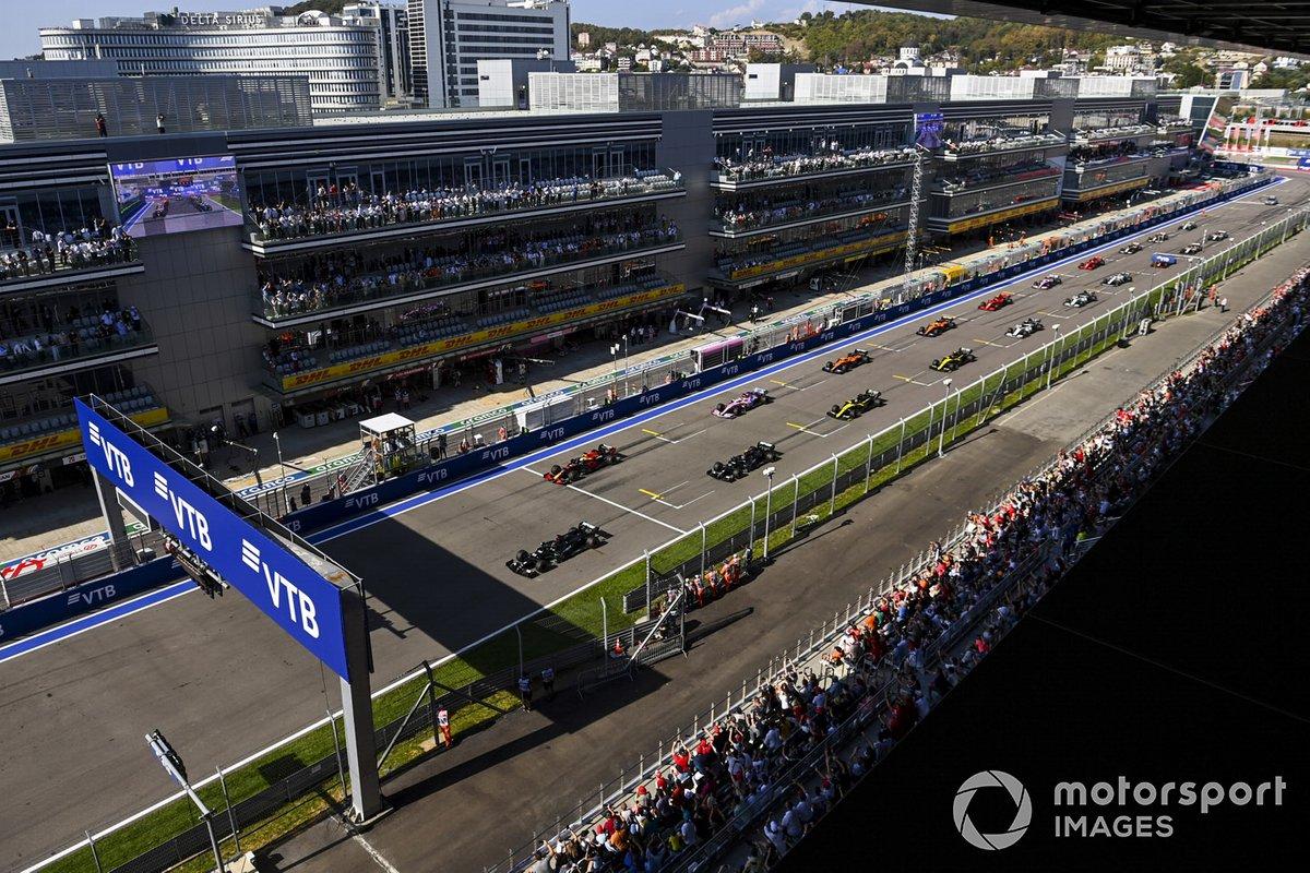 Льюис Хэмилтон, Mercedes F1 W11, Макс Ферстаппен, Red Bull Racing RB16, Валттери Боттас, Mercedes F1 W11, Серхио Перес, Racing Point RP20 и остальные игроки на старте